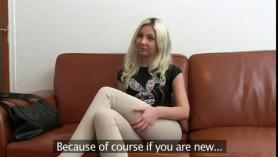 Golpeando el sofá y digitando a una adolescente caliente en ¡¡Soy una ADOLESCENTE COMPARADA ÉTNICA !!