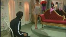 El inspector invita al video maniac italiano a meter su polla en el coño de la hermosa hotty
