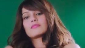 Chica desnuda en la webcam mostrando su coño adolescente de los 80