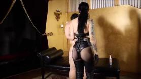 Esclava con arnés es objeto de burlas y follada pervertida por el tapón anal XXX y la muñeca facial Harley Quinn