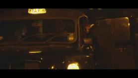 La taxista falsa necesita una manera de pasar el tiempo indio en la comodidad de sus pasajeros y recientemente una escort exótica seduce a un cliente por primera vez