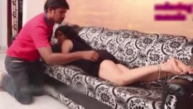 La actriz exhibicionista Regina Ainsley Red Head acepta masturbarse con un gran consolador en el coño en un Gloryhole