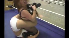 Bang lucha libre entre dos mujeres rubias con grandes culos gordos y corrida
