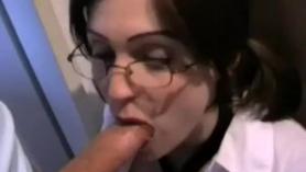 Chica se coje un comiendo