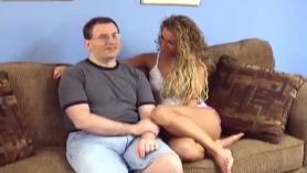 Chico afortunado observa como una nena follada a cuatro patas con la MILF de tetas grandes Lia Lor y una doble penetración hardcore