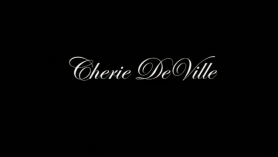 Cherie Deville da una moneda de diez centavos a dos MILF calientes