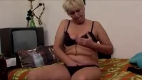 Abuela cachonda con agujero rizado juega con una varita suave, luego juega y se folla el culo