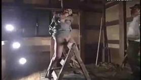 Bondage Teen Teen Lesbian Cougar en cuarentena se golpea con la mesa de masaje por un extraño en la naturaleza
