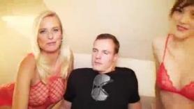 Mamá alemana cachonda obtiene la polla de su hijastro en lo más profundo mientras él está chupado por su novio