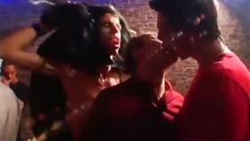 Sexo sexo en grupo loco en un patio de residuos