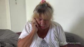 Niñera rosa obtiene un vibrador dentro de su coño apretado