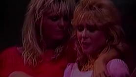 Las lesbianas calientes de los años 80 son una mierda sin propósito sin brotes y jugar con una botella de crema de llenado.