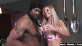 Interracial Big Tit lesbiana DP con facial para hermosa chica tetona Riley Jenner y su amiga Rocco Siffredi