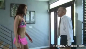 Dos parejas visitan un nuevo hostal de la hermana gemela que no puede ayudar desde una forma en que tiene relaciones sexuales.