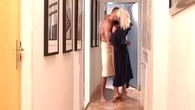 Big Tit Blonde enseña Rimjob