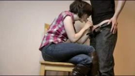 Chica adolescente con pequeñas tetas disfrutando de un palo muy grande