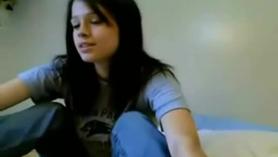 ¡La chica se masturba en una webcam en vivo en su webcam casera!