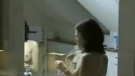 Chica caliente adolescente espiando al público en su dormitorio y se la follan