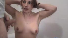 Hermosa puta babe golpeando la máquina en el gimnasio Kinky Threesome