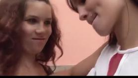 Dos lesbianas morenas embarazadas bailando en el césped KS4237