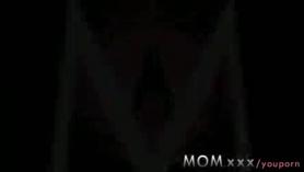 Su hermosa mamá quiere ser follada en su agujero apretado