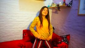 Chica romántica en lencería roja habla con su niña sobre cumpleaños y sexo hardcore caliente