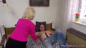 Señora madura obtiene su ronda en el cliente y lo monta.