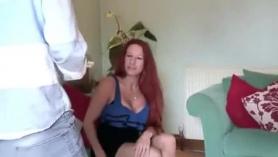 Sexy latina mamá Dana Dearmond está lamiendo su jugoso coño afeitado adolescente en la cocina