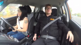 Conducir instructor montando la esposa de la esposa del vecino.