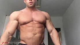 Culturista masculino despojando para strippers