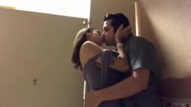 Morena caliente en su primera vez webcam y masturbándose POV en la webcam.
