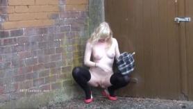 Chica europea traviesa extiende su coño mojado y se perfora