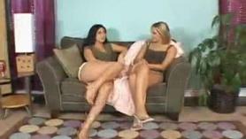 Luscious White Big Tit Slut se pone dedos, culo lleno y culo jizzed después de lesbianas Posein