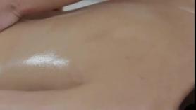 Orgasmo de aceite de frotamiento con orgasmo sucio y mear.