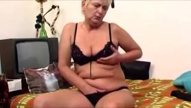 A la abuela cachonda, le gustaba ser golpeada con roca golpeada, hasta que ella experimentara un orgasmo.