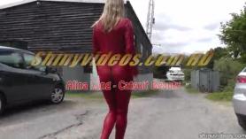 Mujer apasionada, Alina Rodríguez está chupando suavemente el enorme palo de carne de su amante entre sus enormes tetas