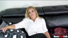 Hot Babe está engañando a su novio y con un sexo anal duro para satisfacerlo