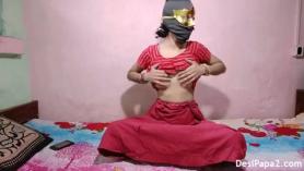 La mamá india en sujeción obtiene ambos agujeros rellenos