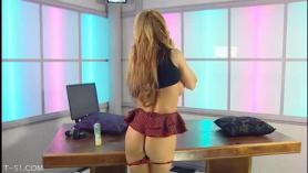 Tranny Kinky con cabello largo, Susi Doll está teniendo relaciones sexuales con Regina Summer en su pequeño estudio