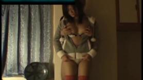 Pequeña morena asiática breasted en dos tipos