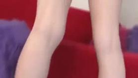 MILF con gafas no solo está digitando su coño en la cámara web, ella también está follando a su hijo