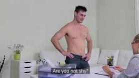 Agente porno travieso está, jugando a su vagina peluda de su cliente travieso frente a sus colegas