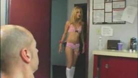 Slutty Blonde está montando la polla rígida de su novio más joven, porque ella quiere ser una estrella porno