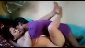 La señora cachonda se está volviendo follada en muchas posiciones, mientras se masturba frente a la cámara.