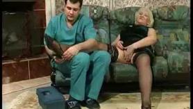 MILF rubia gorda, a Vicky le gusta montar una polla gorda al mismo tiempo que está montando