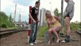 Mujer rubia pálida se está ganeando de placer, mientras chupa la polla de su compañero y se la follan.
