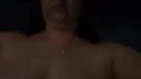 Hot pornstar en topless en pantalones cortos sedosos