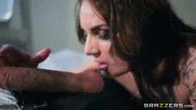 Marie Bruni está chupando polla en una habitación de hotel y comiendo coño fresco y mojado