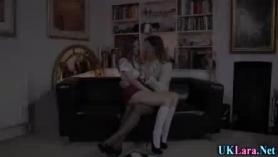 Lara le da un trabajo de mamada reconfortante a su amante y a hombre a hombre lame