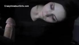 Adolescente de pelo oscuro extiende sus piernas muy abiertas mientras se jodiendo un chico que no es su compañero